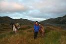 Yme, Berit og Livli tar en siste pust i bakken før nedstigninga til Kjækan. Foto: Evald Bjerkli